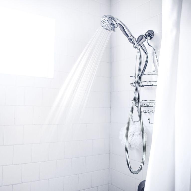 Turbo Putz-Trick: So werden Fugen in der Dusche super schnell sauber! IR18