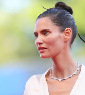 Bianca Balti sfila sul red carpet di Venezia in un abito OVS che ci ricorda una