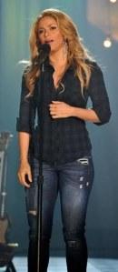 Shakira con jeans a vita bassa