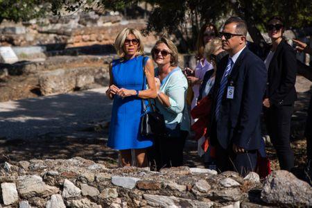 Brigitte Macron en mini robe bleue.