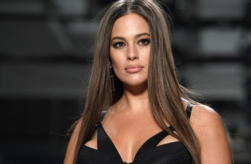 Ashley Graham met les courbes à l'honneur en défilant en lingerie (Photos)