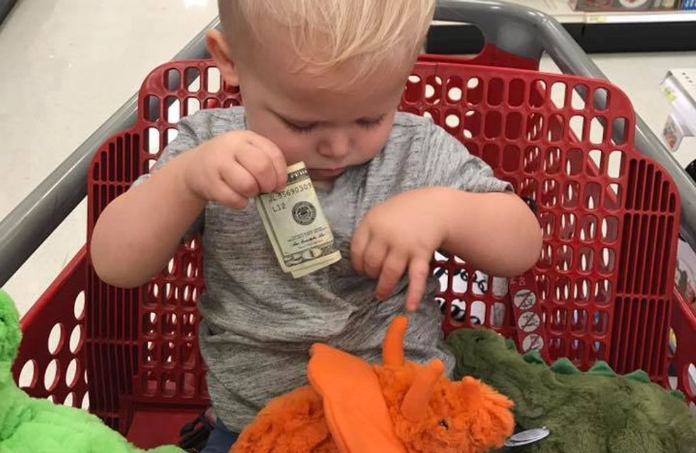 Ein Opa steckt dem kleinen Jungen Geld zu - der Grund dafür bricht uns einfach das Herz