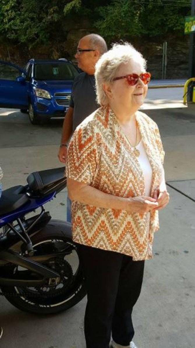 Le geste de ce motard pour cette femme aveugle va vous faire craquer (photos)