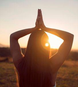 Il Saluto al sole: spiegazione e benefici della sequenza di posizioni yoga per e