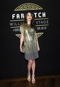 Amal Clooney rayonnante et glamour en robe dorée