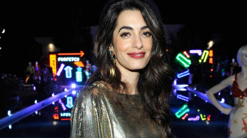 Amal Clooney rayonnante et glamour en robe dorée 90's