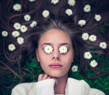 Camomilla: un rimedio naturale contro gli occhi gonfi