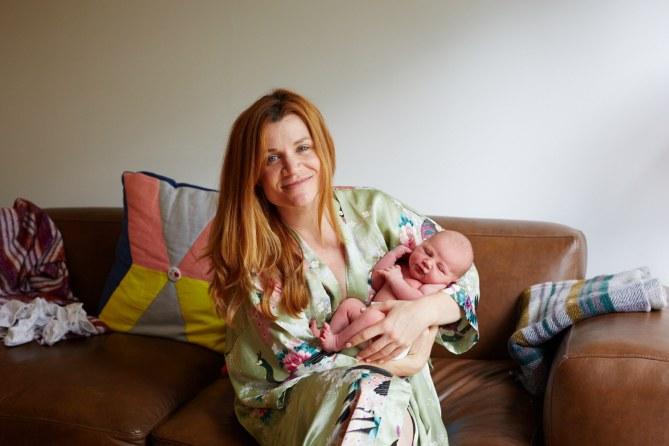 Elle photographie des jeunes mamans et leurs bébés, 24 heures après l'accouchement