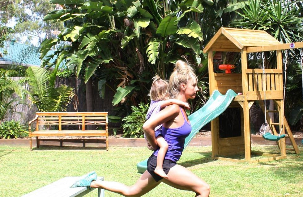 Esta joven mamá transforma sus entrenamientos en un juego de niños