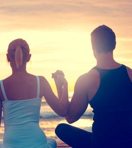 Posizioni Yoga in due: 5 esercizi per innamorarsi di più