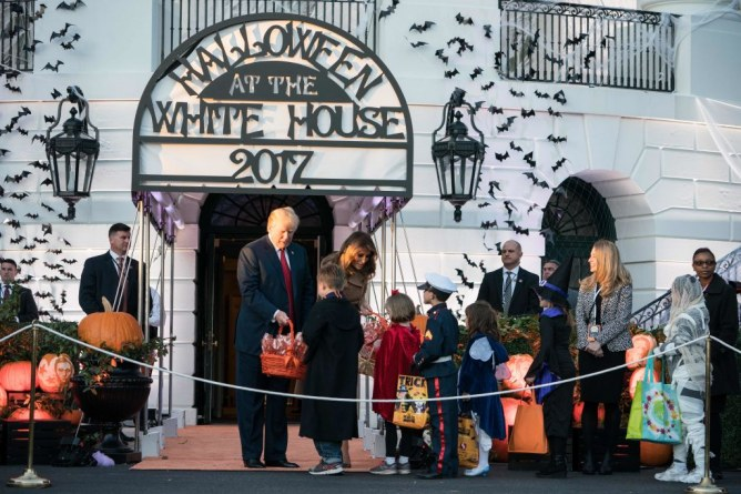Melania Trump, effrayée par un dinosaure, elle reste classe pour Halloween