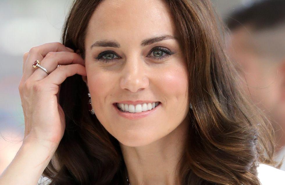 Kate Middleton affiche son ventre arrondi dans une sublime robe en dentelle noire (Photos)