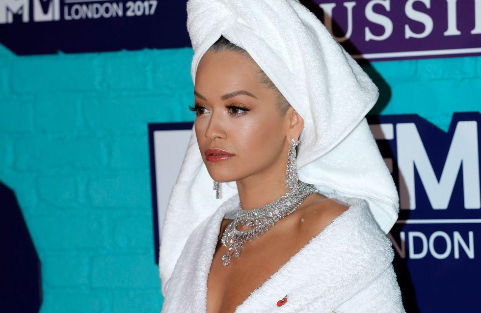Sortir en peignoir et serviette sur la tête ? Rita Ora a osé ! (Photos)