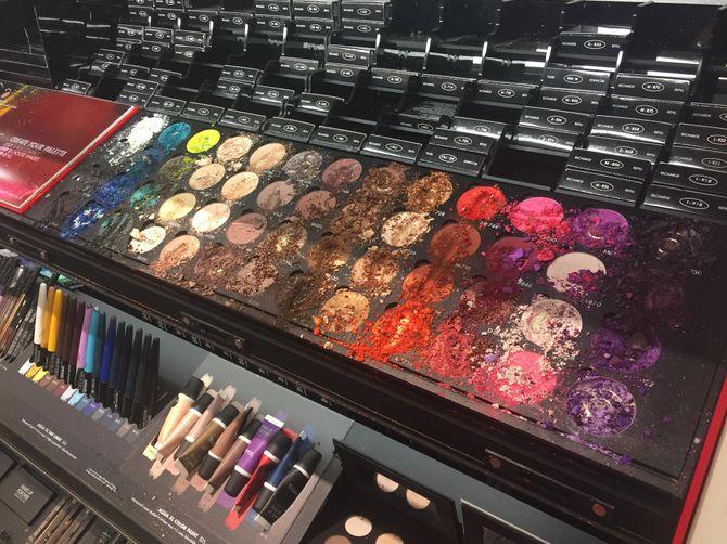 Du maquillage détruit par un enfant chez Sephora