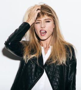 Toccarsi i capelli: mania o gesto di seduzione? Ecco il significato psicologico
