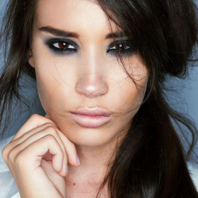 tuto maquillage pour yeux marron le smoky eyes bleu. Black Bedroom Furniture Sets. Home Design Ideas