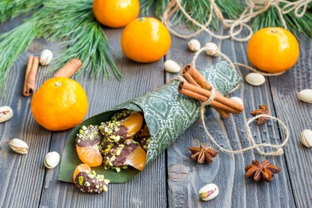 Recetas vegetarianas y veganas de Navidad: mandarinas con chocolate vegano y pistachos