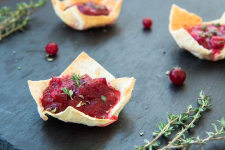 recetas vegetarianas y veganas de Navidad: mini tartaletas de mermelada de arándanos y queso vegano