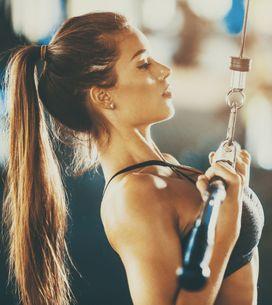 5 esercizi in sala attrezzi che gli uomini trovano molto erotici