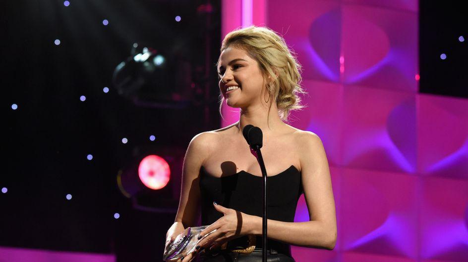 Radieuse, Selena Gomez ose le look sexy pour recevoir le prix de Femme de l'année (photos)