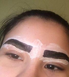 Elle teint ses sourcils elle-même, voici sa technique homemade (Photos)