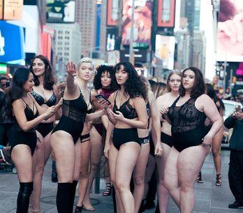 Un desfile de lencería contra Victoria's Secret paraliza Times Square