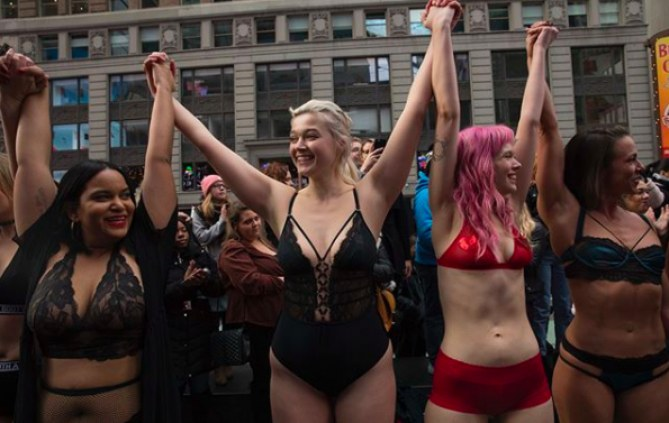 Le défilé improvisé à Times Square