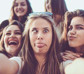 7 motivi per cui le donne autoironiche sono le fidanzate perfette