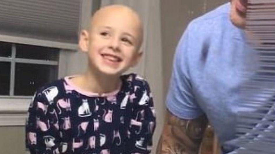 Ce papa se rase la tête pour soutenir sa petite fille atteinte d'alopécie