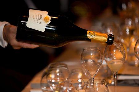 Servez en tenant la bouteille par la base, dans des verres de forme tulipe.