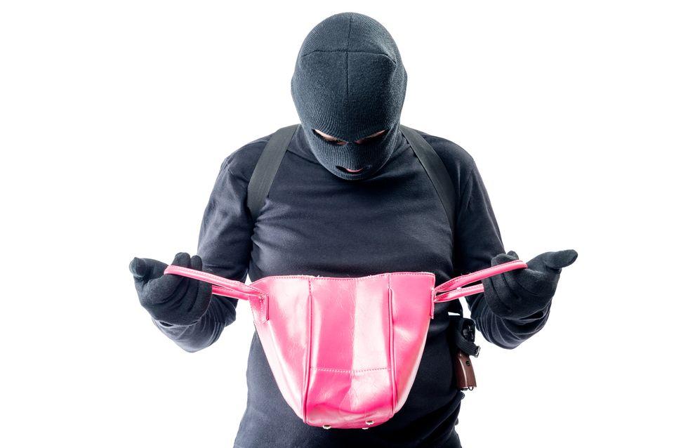 Un homme pense trouver de la drogue dans le sac de sa femme mais ce qu'il trouve en réalité est hilarant