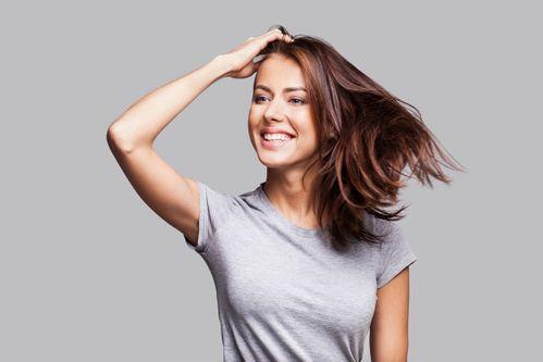 Haare streichen frau körpersprache hinters ohr Frauen und