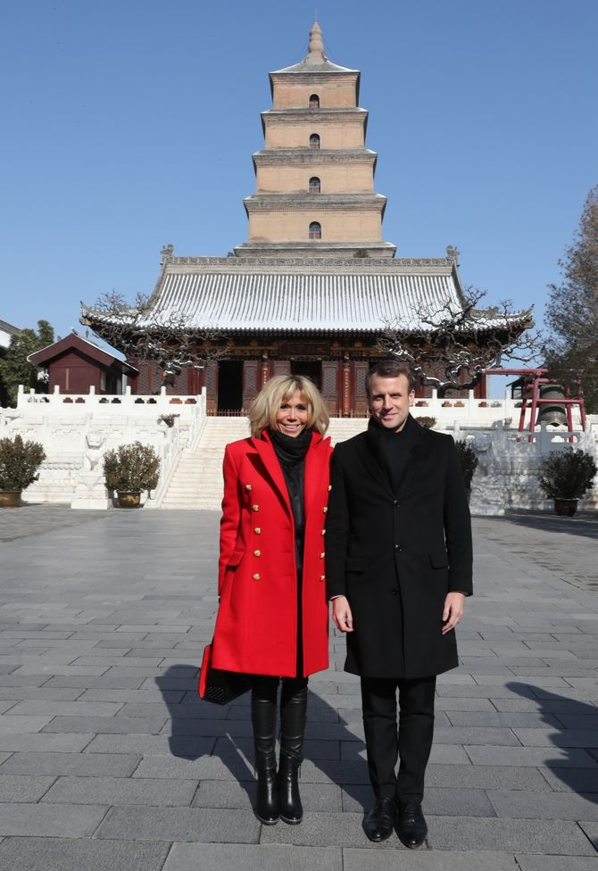 Brigitte Macron en manteau rouge Balmain