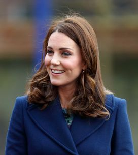 Kate Middleton, maman toujours plus élégante en total look bleu marine (Photos)