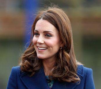 Kate Middleton, maman toujours plus élégante en total look bleu marine (Photos)