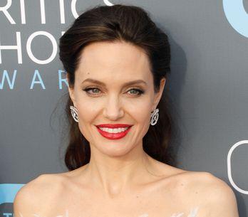 Angelina Jolie, rayonnante dans une robe moulante blanche à plumes (Photos)