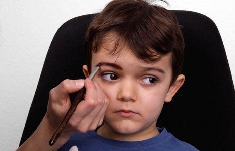 Pirat schminken: die Augenbrauen