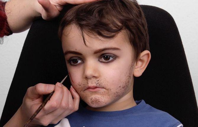 Pirat schminken: die Narbe