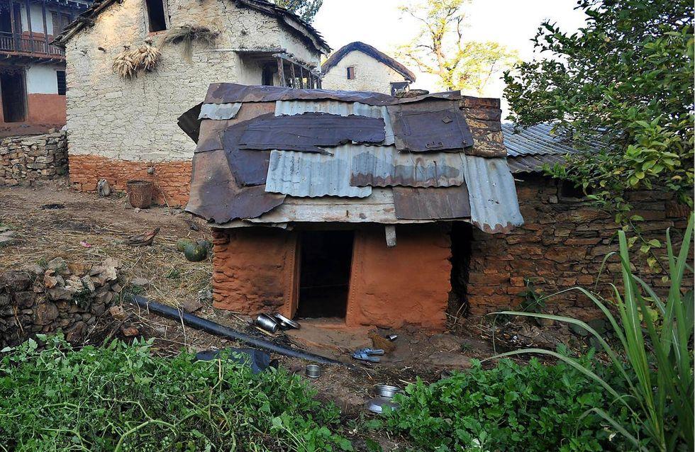 Décès d'une jeune Népalaise forcée de dormir dehors pendant ses règles