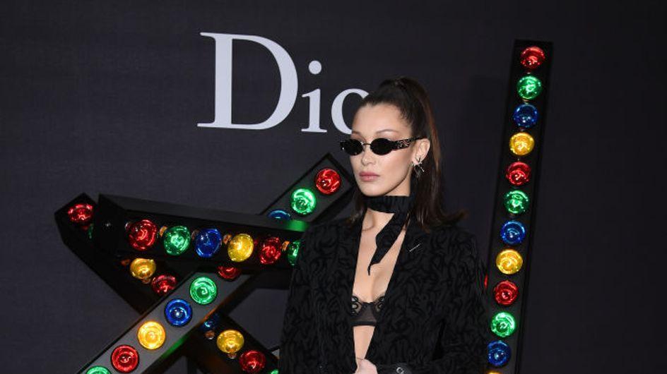 Bella Hadid ose le soutien gorge en dentelle et les baskets au défilé Dior