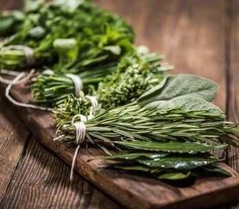 Argilla, patate, basilico, rosmarino: i rimedi della nonna che non falliscono ma