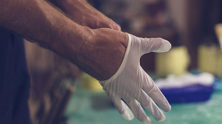 Elle expulse un gant en latex et des compresses après une opération chirurgicale…