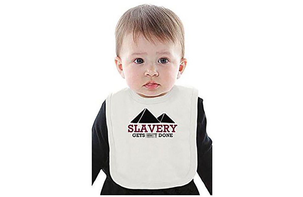 Amazon crée la polémique en vendant des vêtements pour enfants prônant l'esclavage (Photos)
