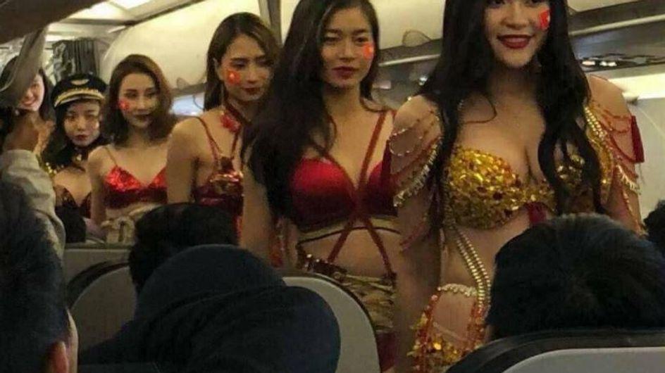 Elles défilent en bikinis pour des footballeurs dans un jet privé (vidéo) et ça ne passe pas !