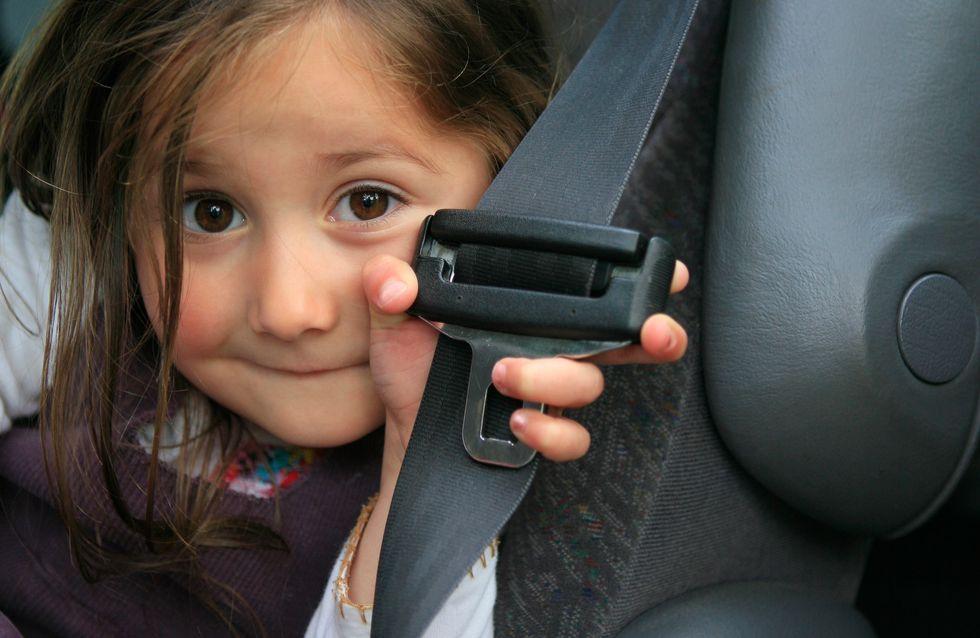 Sa fille retire sa ceinture en voiture, elle appelle la Police pour une bonne raison (vidéo)