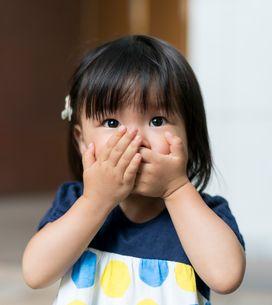 Cet enfant mange un oignon en pensant que c'est une pomme, sa réaction est hilar