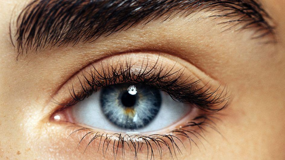 Elle utilise une tondeuse pour restructurer ses sourcils, le résultat est DRAMATIQUE (Photo)