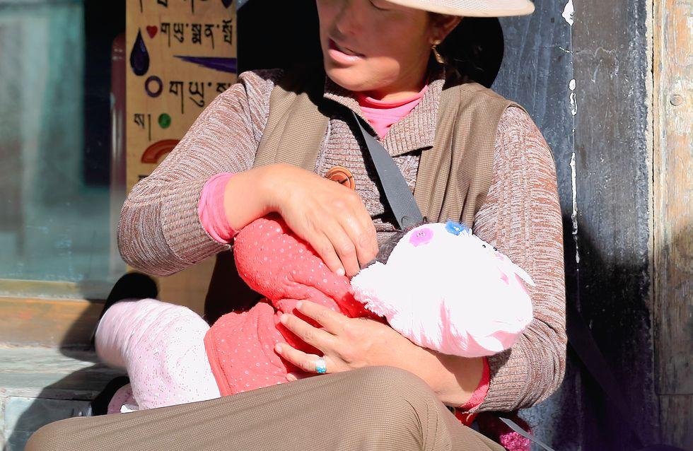 Elle allaite les bébés d'inconnus dans la rue pour sauver sa fille malade (Photos)