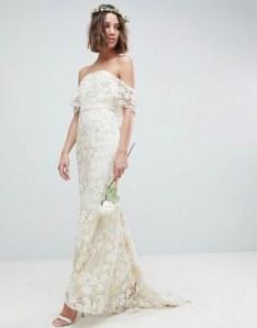 Robe de mariée longue forme bandeau en dentelle, 202,99€, ASOS Edition