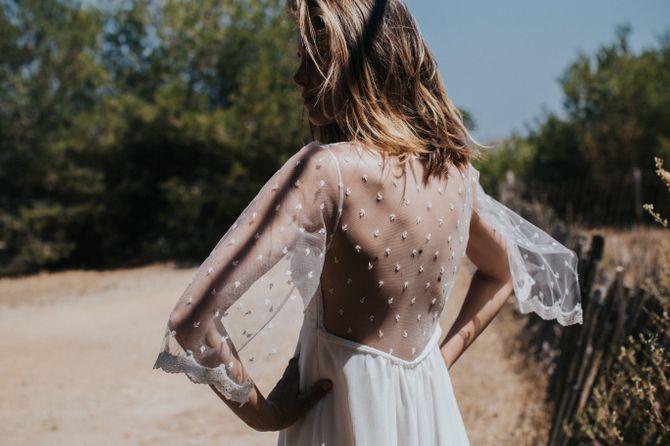 Robe grâcieuse au dos tout en plumetis, modèle Elia, Lorafolk